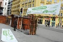 Příprava na velikonoční trhy v Brně.
