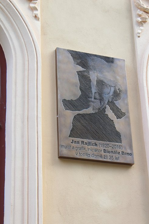Nová pamětní deska Jana Rajlicha na jeho domě v Jiráskově ulici.