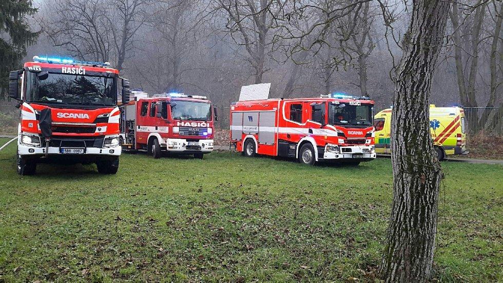 Plameny zachvátily v pondělí dopoledne chatku v chatové osadě Favorit nedaleko brněnského výstaviště. Na místě s nimi bojovali hasiči.
