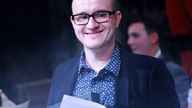 Laureátem Ceny Jindřicha Chalupeckého pro výtvarné umělce do pětatřiceti let se stal osmadvacetiletý Vladimír Houdek.