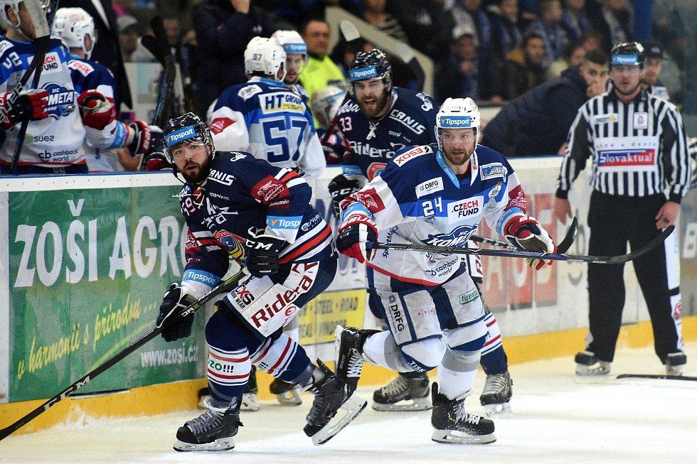 HC Kometa Brno v bílém (Michal Gulaši) proti HC Vítkovice (Roman Szturc)