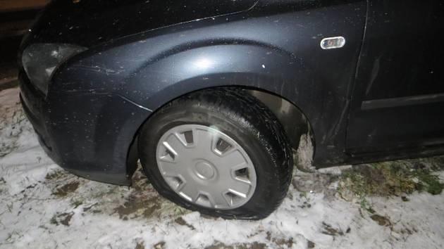 Vandal v Králově Poli propíchal pneumatiky u jedenácti aut. Svědků si nevšímal