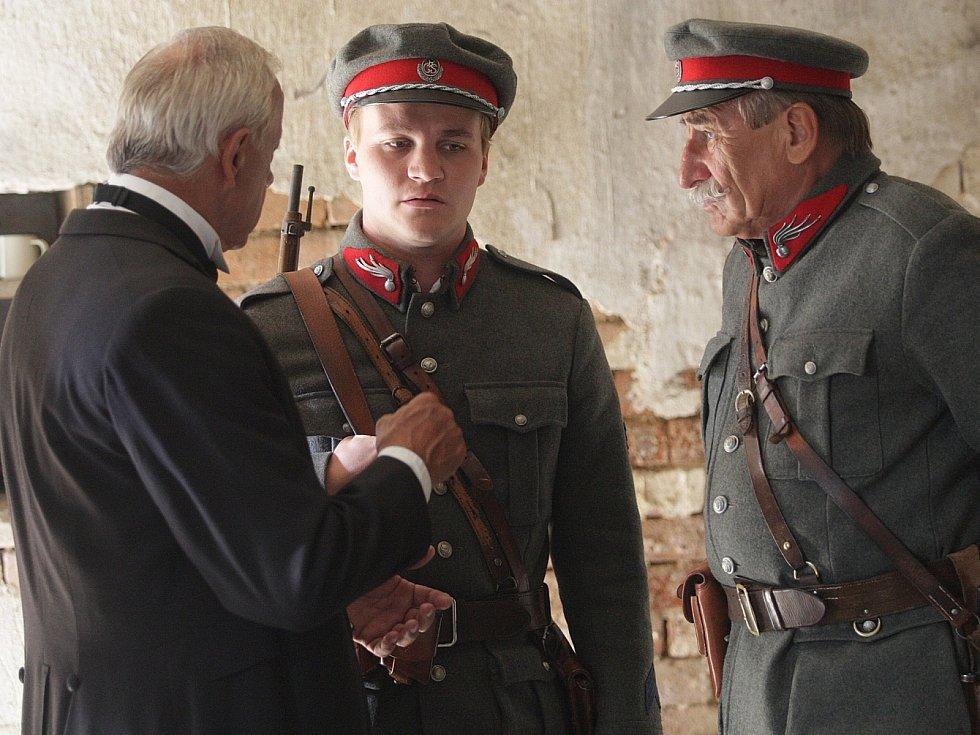 Natáčení dvanáctidílného kriminálního seriálu Četníci z Luhačovic ve vesnici Lesní Hluboké u Velké Bíteše.