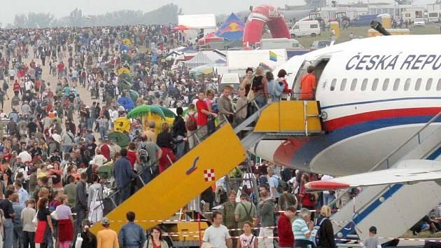 Záběr z letecké přehlídky CIAF 2005. Letos by se měla po roční odmlce znovu objevit ruská skupina Striži na MIG 29