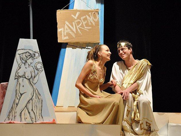Inscenace Divadla na dlani vždy obsahují humor. Pro hudební komedii Gordický uzel herce inspirovala poetika Osvobozeného divadla.