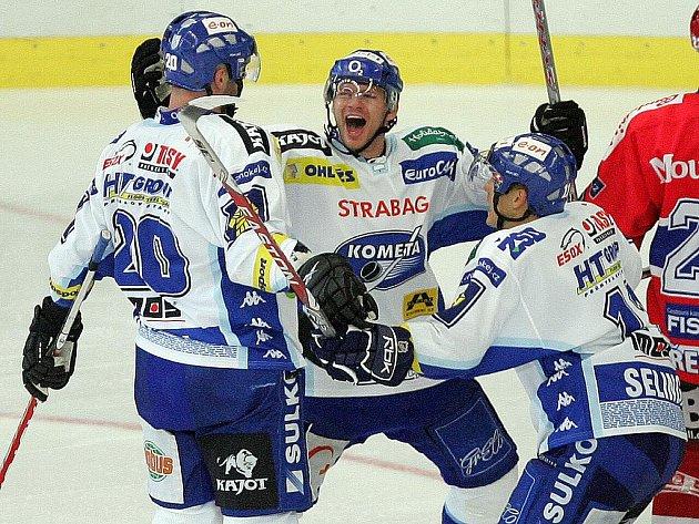 Útočná trojka: Jiří Dopita, Roman Erat a Pavel Selingr se radují z vítězství.
