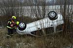 Osobní auto skončilo mimo silnici u obce Veverská Bítýška. Hasiči zajistili místo proti vzniku požáru.