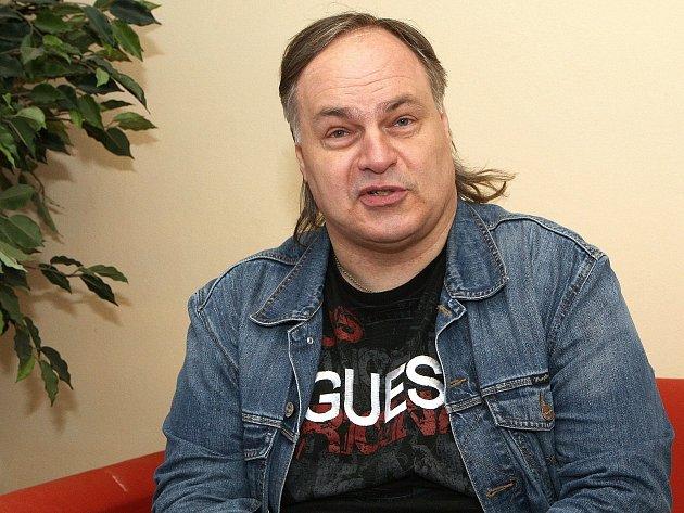 Honza Hlaváček, šiřitel hantecu, bavič a hudebník.