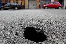 Hrozba propadnutí silnice vylekala v pátek řidiče cestující po Údolní ulici v Brně. U domu s popisným číslem 10 se vytvořila díra zhruba o velikosti dlažební kostky, pod níž brněnští strážníci objevili vymletou dutinu.