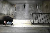 Rovnou před městskými kamerami okradla v pátek v noci trojice mužů spícího mladíka.