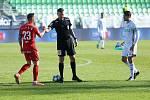 Fotbalisté Zbrojovky Brno (v červeném) remizovali na hřišti Karviné 1:1.