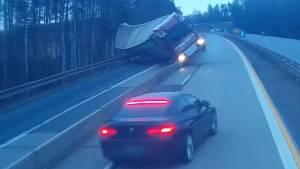 Nákladní auto se převrátilo a poškodilo svodidla.