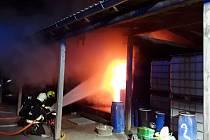 Požár sedlovny a klubovny v Neslovicích likvidovali v pondělí večer jihomoravští hasiči.