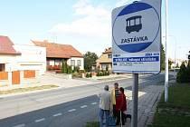 Autobusová zastávka ve Střelicích, kde muž nožem zabil jednoho člověka a zranil další dva lidi.