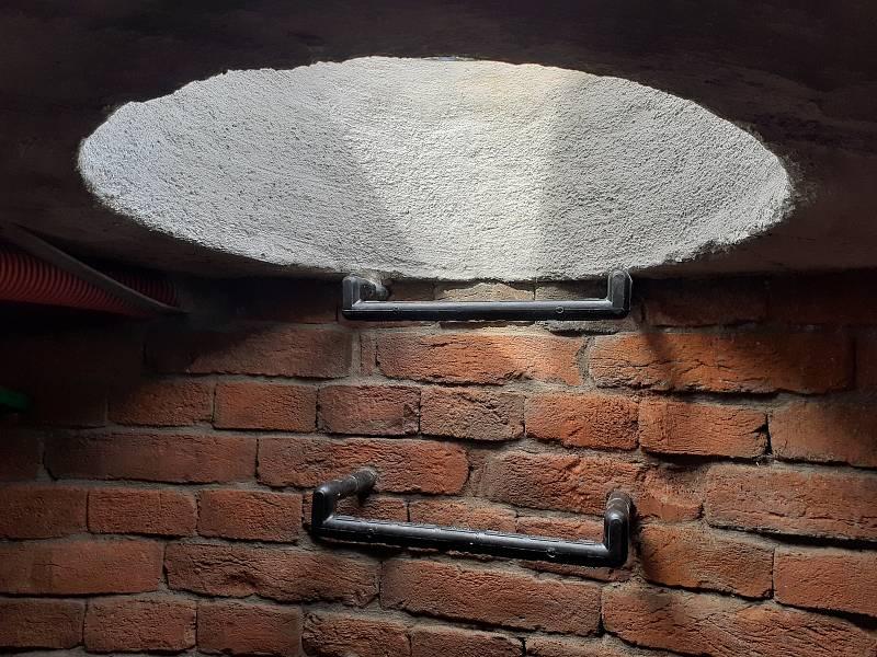 Studna z roku 1853 byla objevena dělníky při výkopových pracích během stavby tramvajové trati na Plotní ulici. Stojí před domem na Svatopetrské 18.
