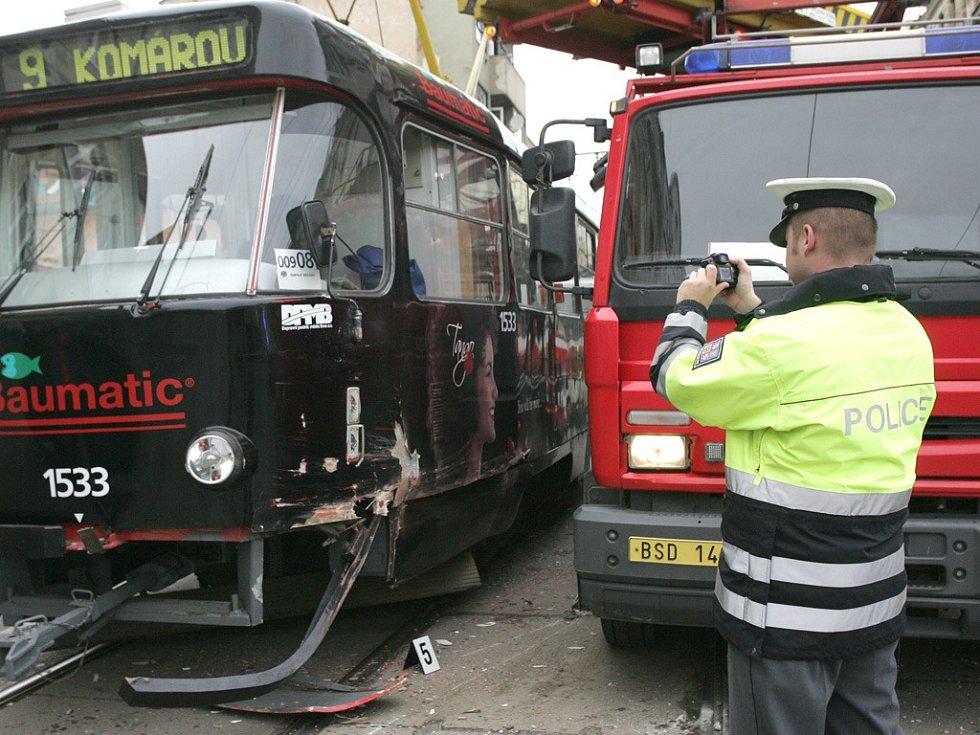 Vykolejená tramvaj v ulici Cejl.