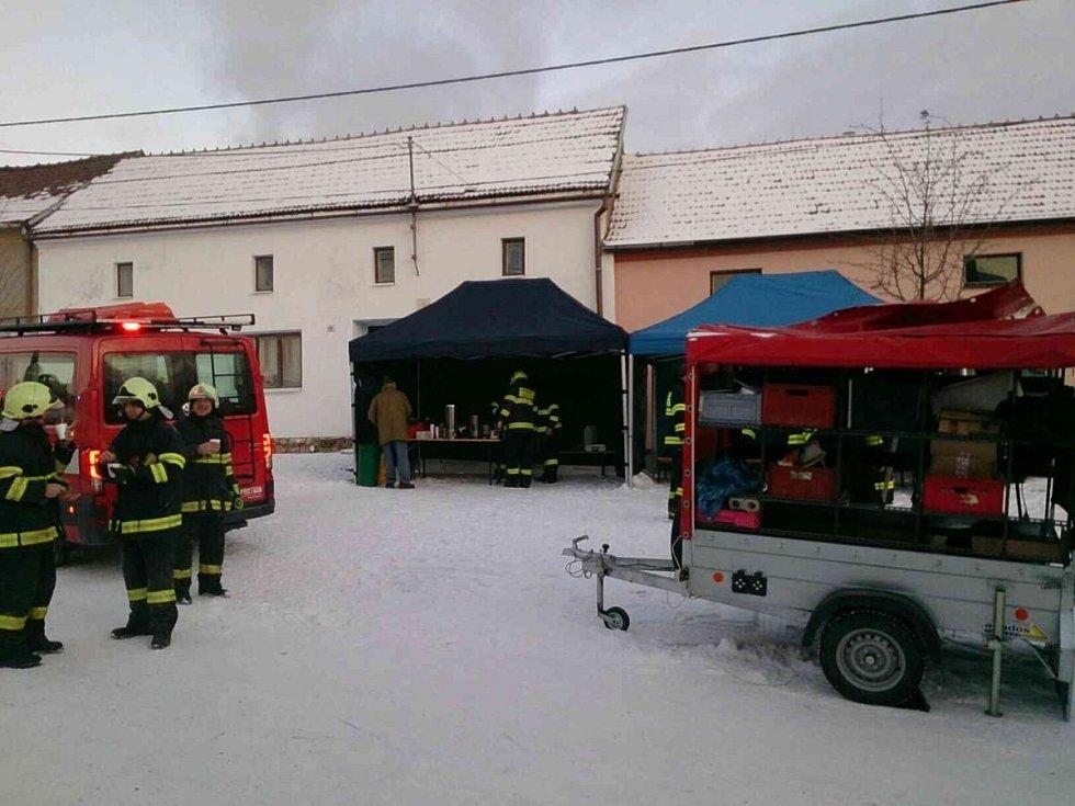V Ostrově u Macochy hořel hospodářský objekt. Nejvíce dal hasičům zabrat mráz - 14 °C. Nesmí jim totiž zamrznou voda, hadice ani čerpadla.