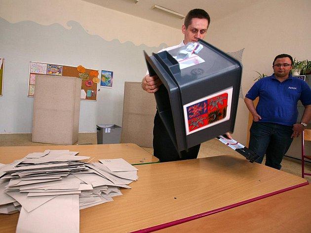 Sčítání volebních lístků.