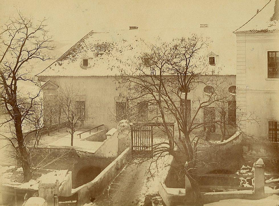 Celkový pohled na horní nádvoří hradu a na mostek, který k němu vede (přístupový most) v zimě. Pohled směrem od rotundy. Autor St. Vlk Znaim.