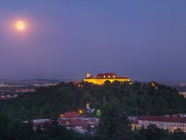 Z tisíce fotografií, ze kterých denně odborníci vybírají tu nejlepší, byla fotka úplňku nad hradem Špilbergem od Petra Horálka v pondělí zvolena za Astronomy picture of the day, v překladu astronomický snímek dne.