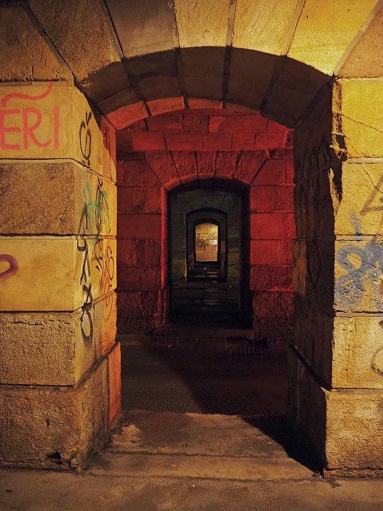 Známé dominanty Brna i běžným kolemjdoucím skrytá zákoutí zachytil objektiv fotoaparátu. Fotka vznikla pod viaduktem Křenová.