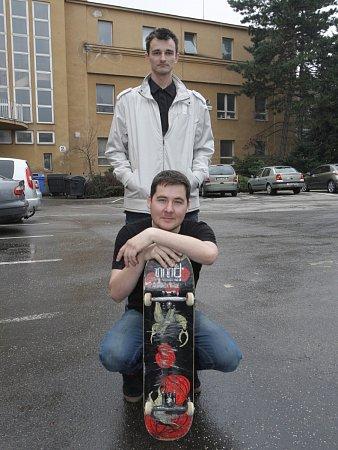 Nápad spodsvíceným skateboardem se zrodil vhlavách Jana Minola (vlevo) a Jana Dojčána spontánně.