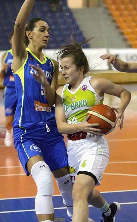S mistrovským USK Praha sváděly basketbalistky KP Brno vyrovnaný souboj. Přesto nakonec podlehly 66:87. Na snímku Andělová - Režnar.