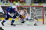 HC Kometa Brno v modrém (Martin Dočekal) proti HC Sparta Praha (Matěj Machovský)