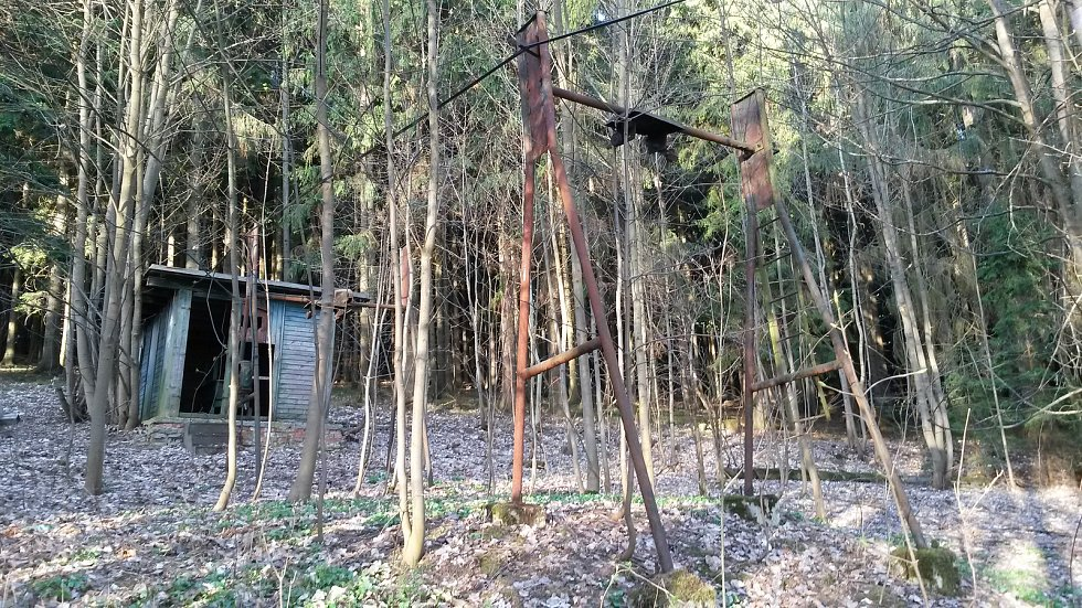 Poslední podpěra a strojovna chátrajícího zvratkového vleku na Kutinách (okres Žďár nad Sázavou).