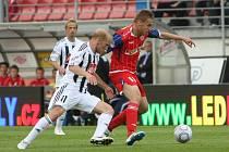 Fotbalista Zbrojovky Brno Kalabiška (v červeném).