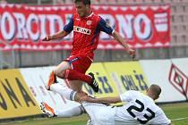 Fotbalista Zbrojovky Brno Pašek (v červeném).