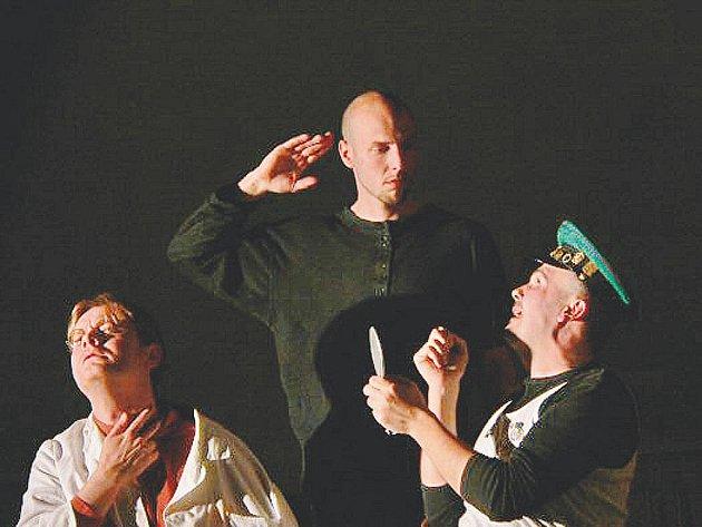 Herci Divadla Prkno hrají již čtrnáct let, ve svém repertoáru mají především tragikomedie.