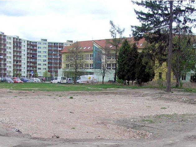 Pohled na plochu po demolici bývalého mlýna (ze směru od ul. Černovická).