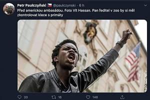 Kontroverzní tweet Petra Paulczyňského. Že jde o rasismus, jeho autor odmítá.