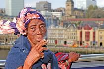 FENOMENÁLNÍ ZPĚVAČKA. Film As Old As MyTongue zachycuje příběh zpěvačky Bi Kidude ze Zanzibaru.