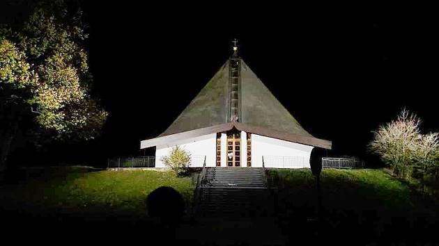 Osvětlený kostel v Březině.
