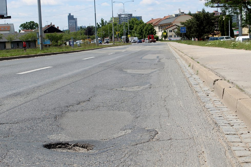 Frekventovaná silnice v Černovické ulici v brněnském Komárově, 1. června 2021.