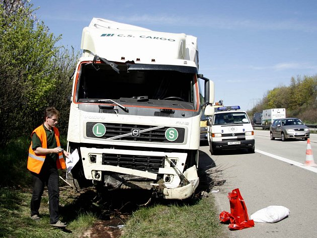 Náklad z pivovaru skončil kvůli nepopozornosti řidiče kamionu ve škarpě.