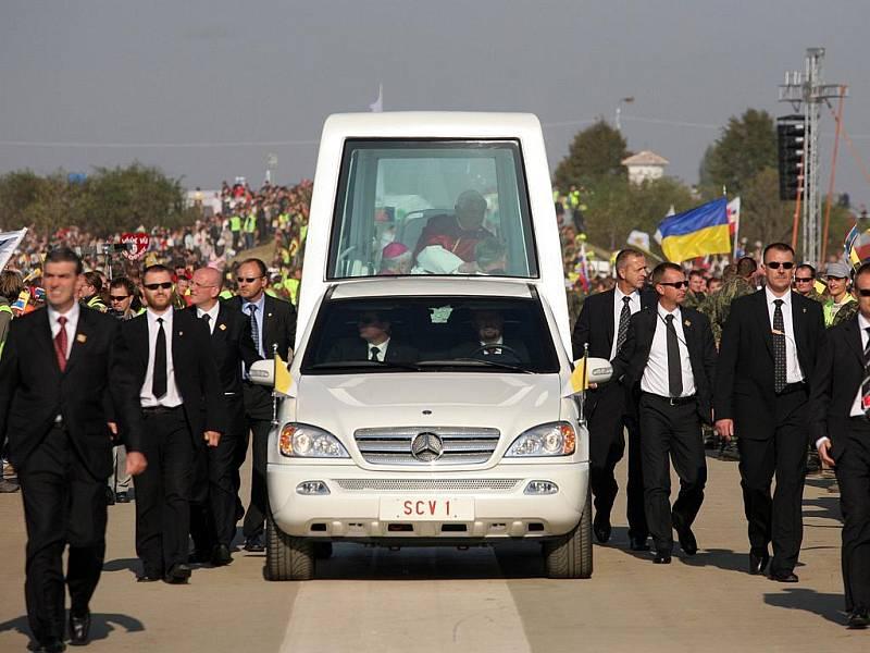 Papež Benedikt XVI. jede v papamobilu směrem k pódiu.