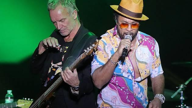 Legendární britský zpěvák Sting (vlevo).