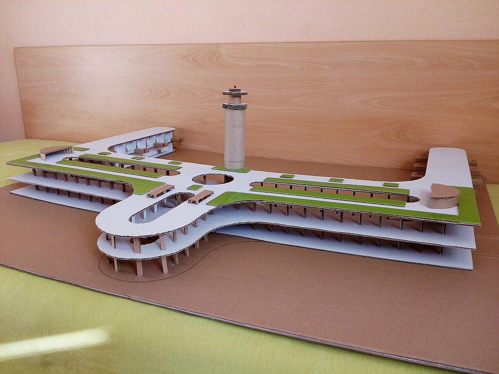 Brněnští studenti postoupili do finále soutěže s modely letištního terminálu z lepenky. Foto: archiv soutěže