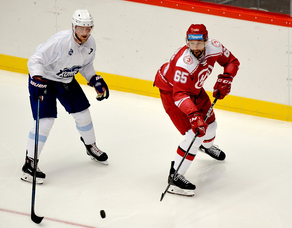Oceláři (v červeném) vs. Kometa Brno, první přípravné utkání.