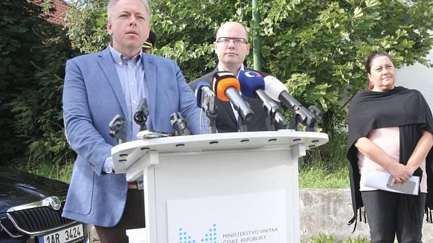 Premiér Bohuslav Sobotka a ministr vnitra Milan Chovanec v neděli navštívili přijímací tábor pro zajištění cizinců v Zastávce na Brněnsku. Přijeli se podívat, jak zařízení funguje, a hovořili s jeho vedením.