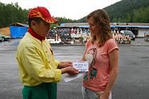 ČÁSTKU šestnáct tisíc korun předal Nguyen Thanh Binh Haně Kábrtové přímo na tržnici v Hraničné u Kraslic.