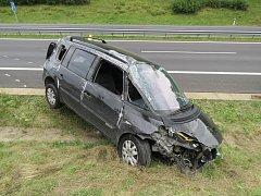 Při předjíždění dostal řidič smyk, škoda je 200 tisíc korun.
