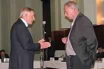 Debata na úterním zasedání chodovského zastupitelstva se nesla napříč celým sálem. V jednu chvíli přímo proti sobě stáli generální ředitel Sokolovské uhelné František Štěpánek a advokát Marservisu Alexandr Kocián (zleva).