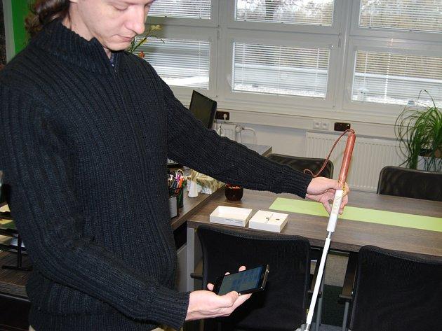 IT pracovník ukazuje připojení hole do centra
