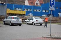 TECHNICKÉ SLUŽBY už doplnily dopravní značení, že se jedná o placené parkoviště. Značka o parkovacím automatu tam ale stále visí. Řidiči jsou tak zmatení.