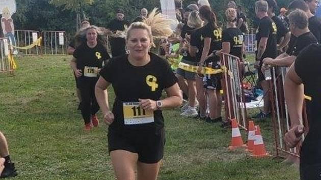 Lidé po výkonu trestu běhají spolu se zaměstnanci věznice.