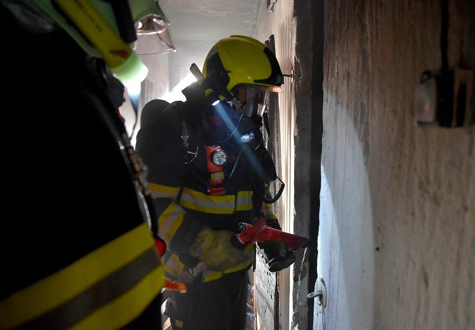Požár sklepa vyhnal vyděšené lidi na ulici.